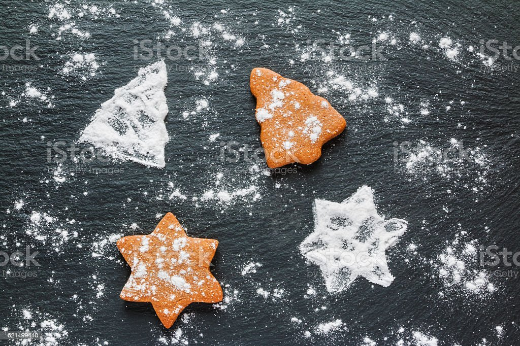 Christmas black background with icing sugar and brown chocolate Lizenzfreies stock-foto