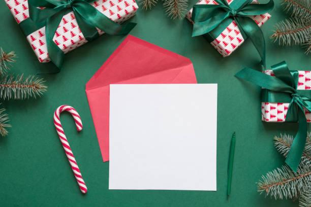 weihnachten leer für brief an den weihnachtsmann auf grün. einladung. raum für wünsche. ansicht von oben. - weihnachtskarte stock-fotos und bilder