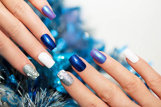 christmas blue maniküre. - nageldesign weihnachten stock-fotos und bilder