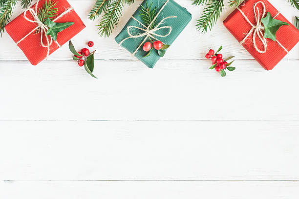 christmas border. christmas gifts, fir branches. flat lay, top view - weihnachtssterne aus papier stock-fotos und bilder