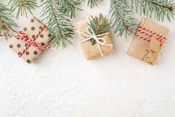 Grenze zu Weihnachten Weihnachten Geschenk-Boxen & Fichte Zweige auf weißem Hintergrund. – Foto