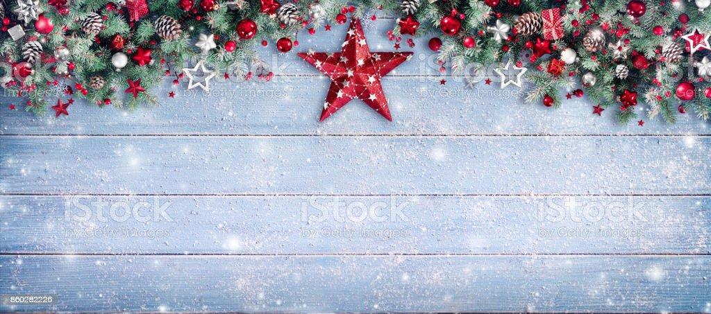 Weihnachten-Grenze - Tannenzweigen und roten Stern auf Holz – Foto