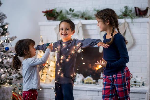 weihnachten-jungen - festzugskleidung stock-fotos und bilder