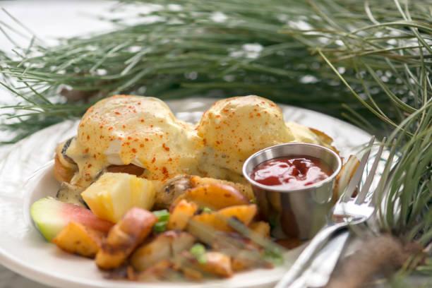 weihnachtsfrühstück, eggs benedict, yam und kartoffelecken, frisches obst - esszimmer buffet stock-fotos und bilder