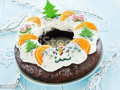 istock Christmas cake 522925531