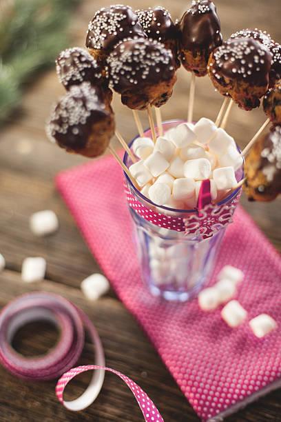 christmas cake pops in blauem glas mit weißen marshmallow. - lutscher cookies stock-fotos und bilder