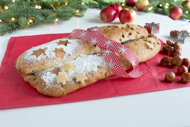weihnachtskuchen mit marzipan und trockenfrüchte - apfel marzipan kuchen stock-fotos und bilder