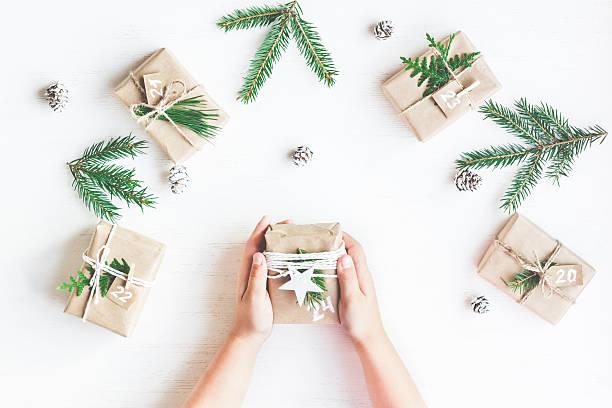 christmas calendar. christmas gift, fir branches, pine cones - basteln mit kindern weihnachten stock-fotos und bilder