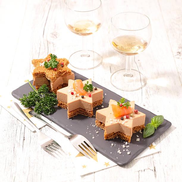 christmas canape with gingerbread and foie gras - foie gras photos et images de collection