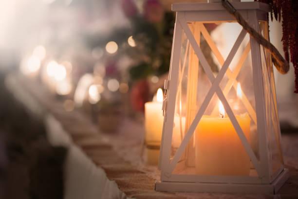 weihnachtskerze in laterne - kerzenlaterne stock-fotos und bilder
