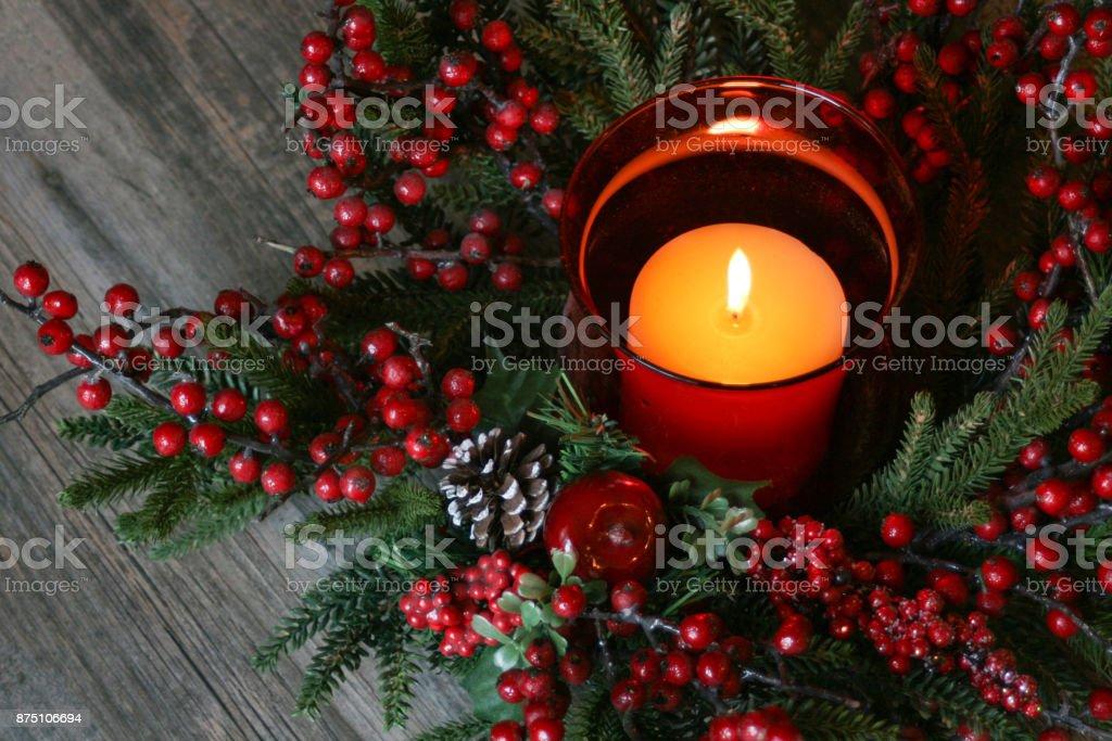 Weihnachtskerze mit Pine Tree Zweigen und Beeren über rustikale Holz – Foto
