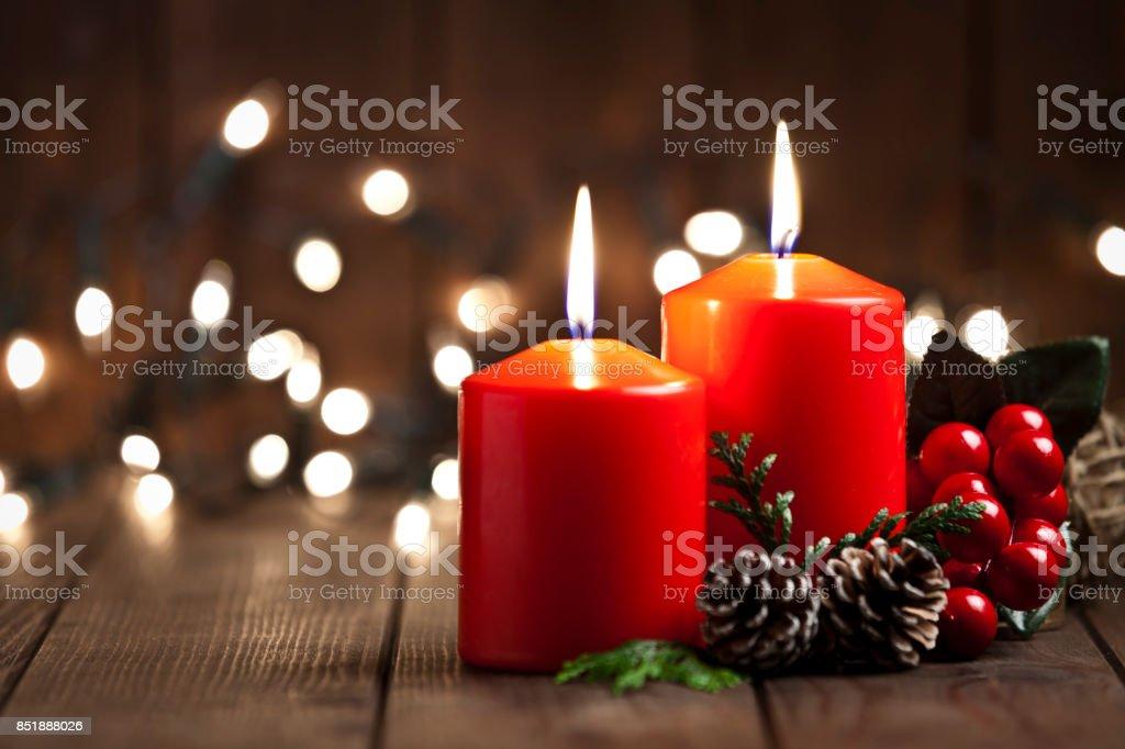 Bougies de Noël sur une table en bois rustique - Photo