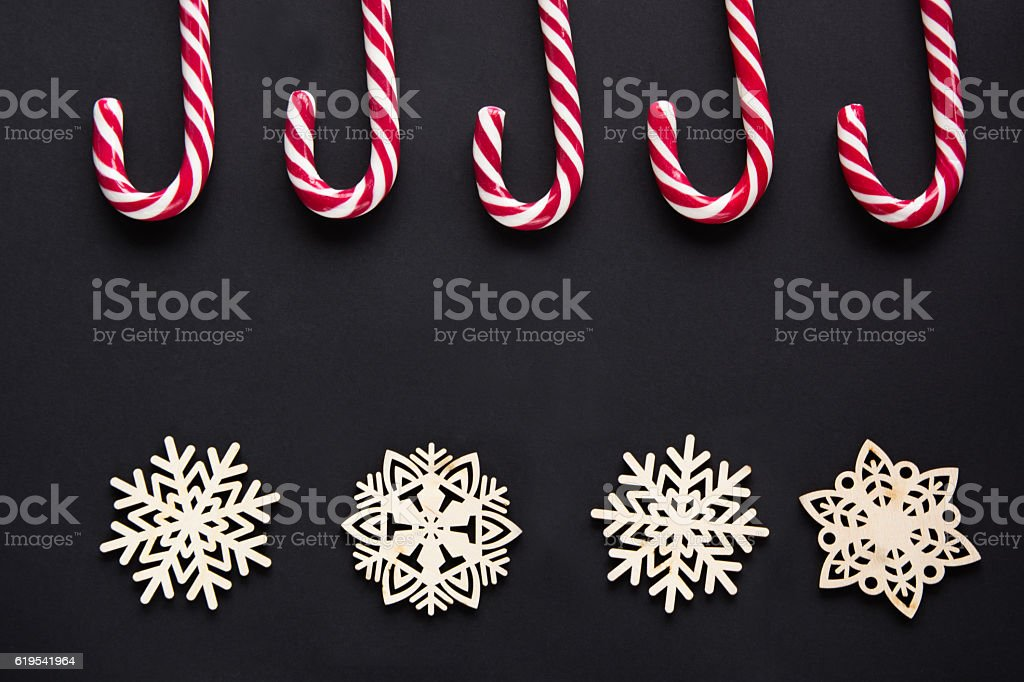 Christmas candy with decor on black background. Top view, copy-space. - foto de stock