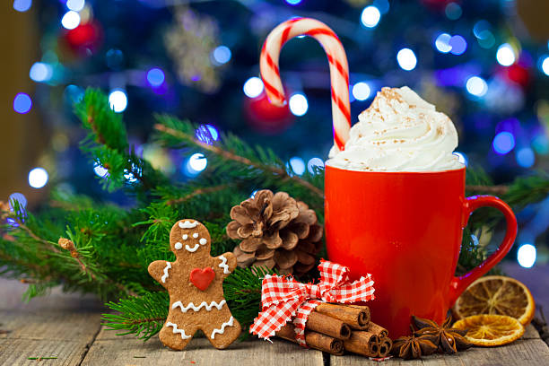 christmas cappuccino and gingerbread cookies infront christmas tree - chocolate christmas - fotografias e filmes do acervo