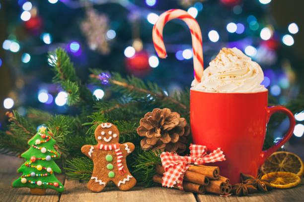 cappuccino und lebkuchen cookies vor weihnachten weihnachtsbaum auf rustikalen holztisch - lutscher cookies stock-fotos und bilder