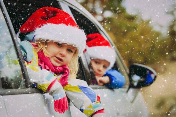 kerst auto reizen - gelukkige jonge geitjes reizen in de winter - family winter holiday stockfoto's en -beelden