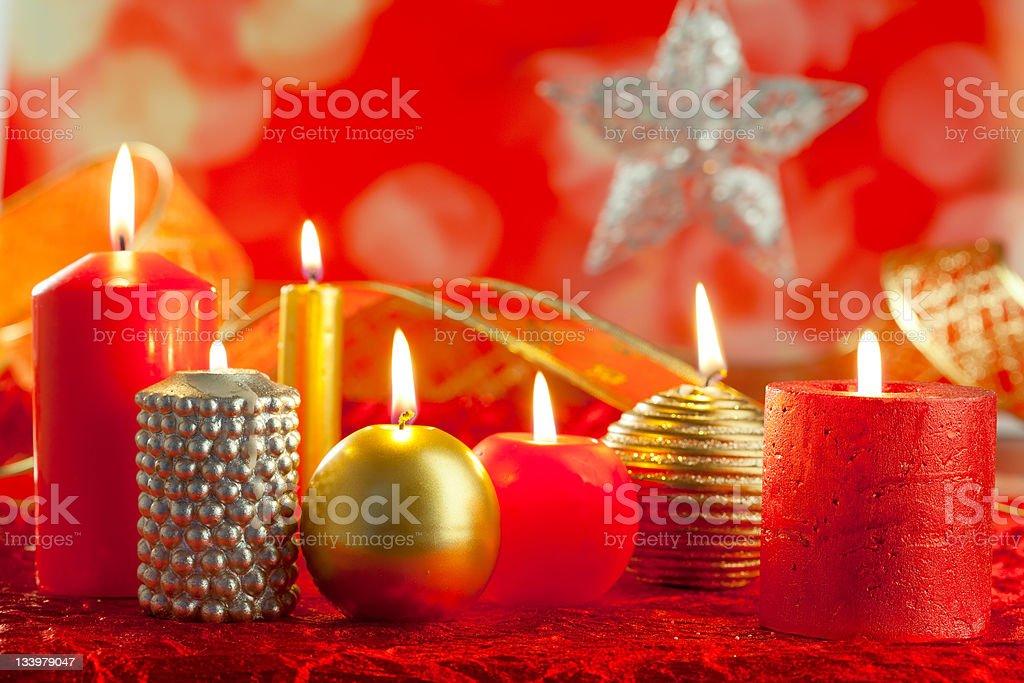 Decorare Candele Di Natale : Cartolina di natale rosso e dorato delle candele in una riga