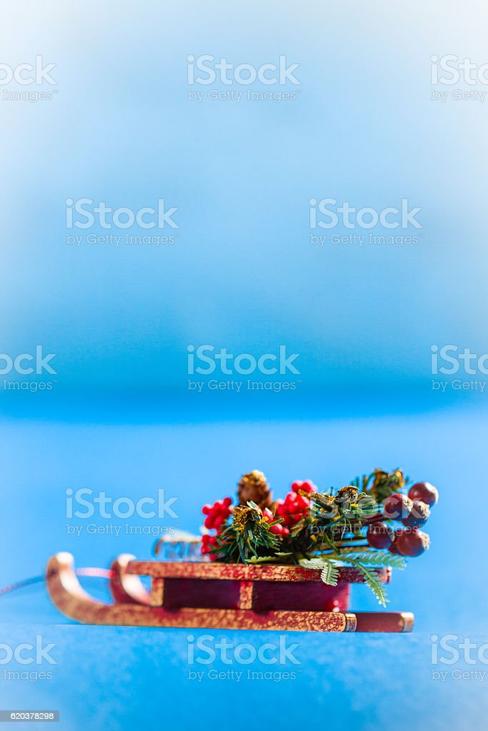 Christmas card in vertical orientation with decorative sledge. foto de stock royalty-free