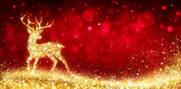 noel kartı - parlak kırmızı arka plan sihirli altın geyik - ren geyiği stok fotoğraflar ve resimler