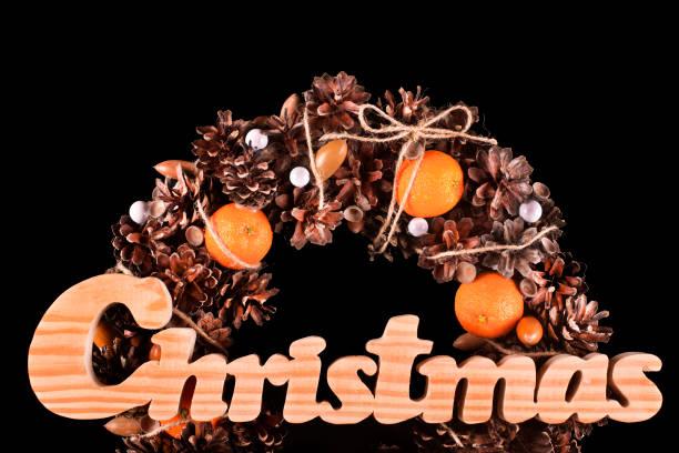 weihnachtskarte mit kranz isoliert textfreiraum - buchstabentür kränze stock-fotos und bilder