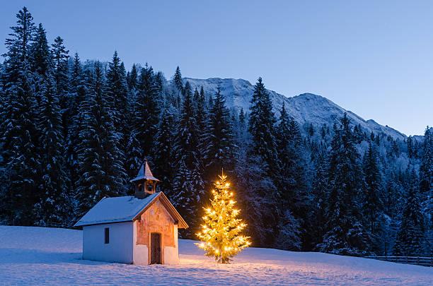 weihnachten-kapelle - deutsche bäume stock-fotos und bilder