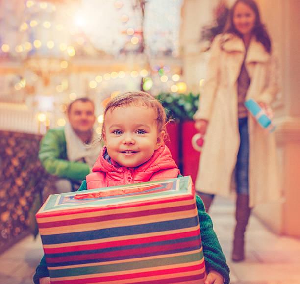 christmas kinder - geschenke eltern weihnachten stock-fotos und bilder