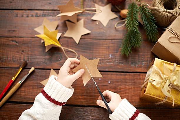 christmas child's kreativ - basteln mit kindern weihnachten stock-fotos und bilder