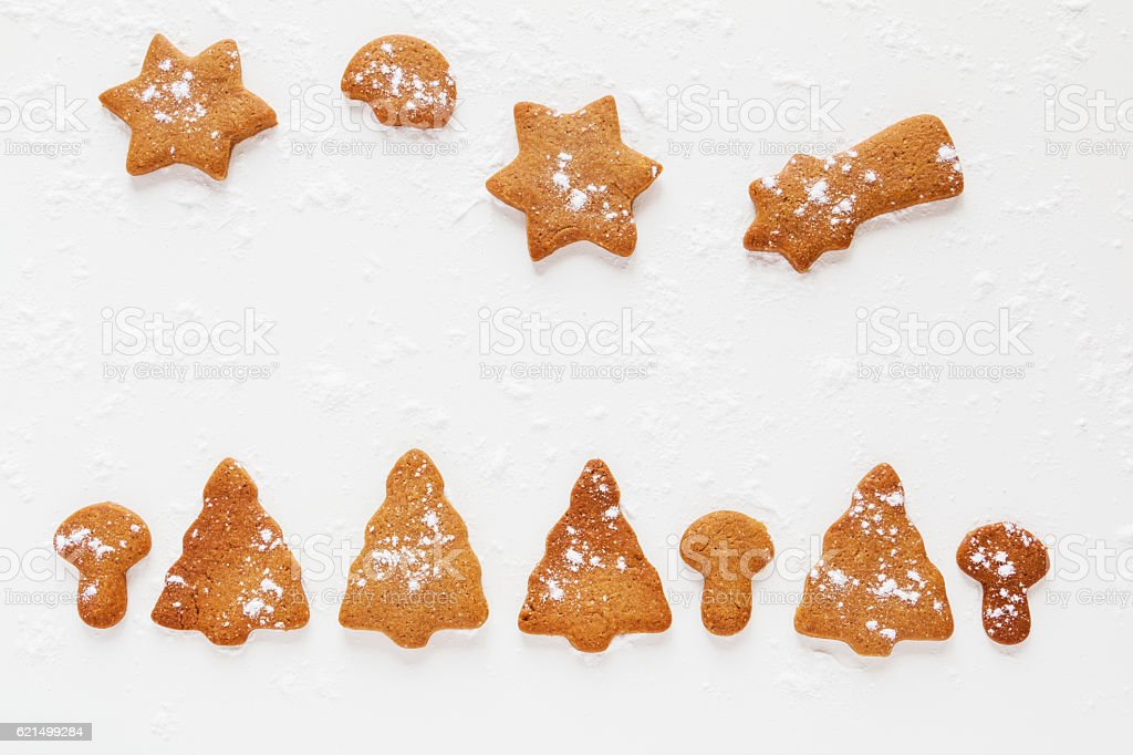 Christmas chocolate and ginger brown cookies in shape of fir-tree, photo libre de droits