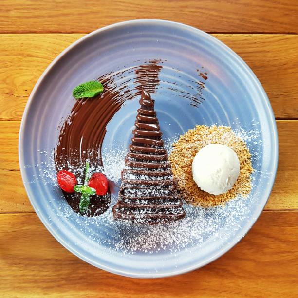 weihnachten schokolade kuchen und eis - weihnachtlich tiramisu stock-fotos und bilder