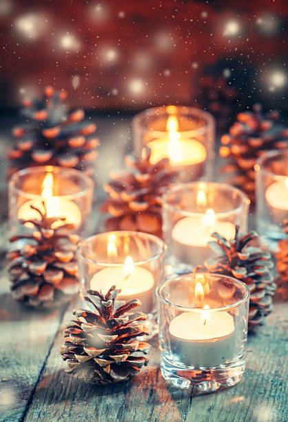 cartão de natal com natal brilhante pequena vela e abeto cones - luz da vela - fotografias e filmes do acervo