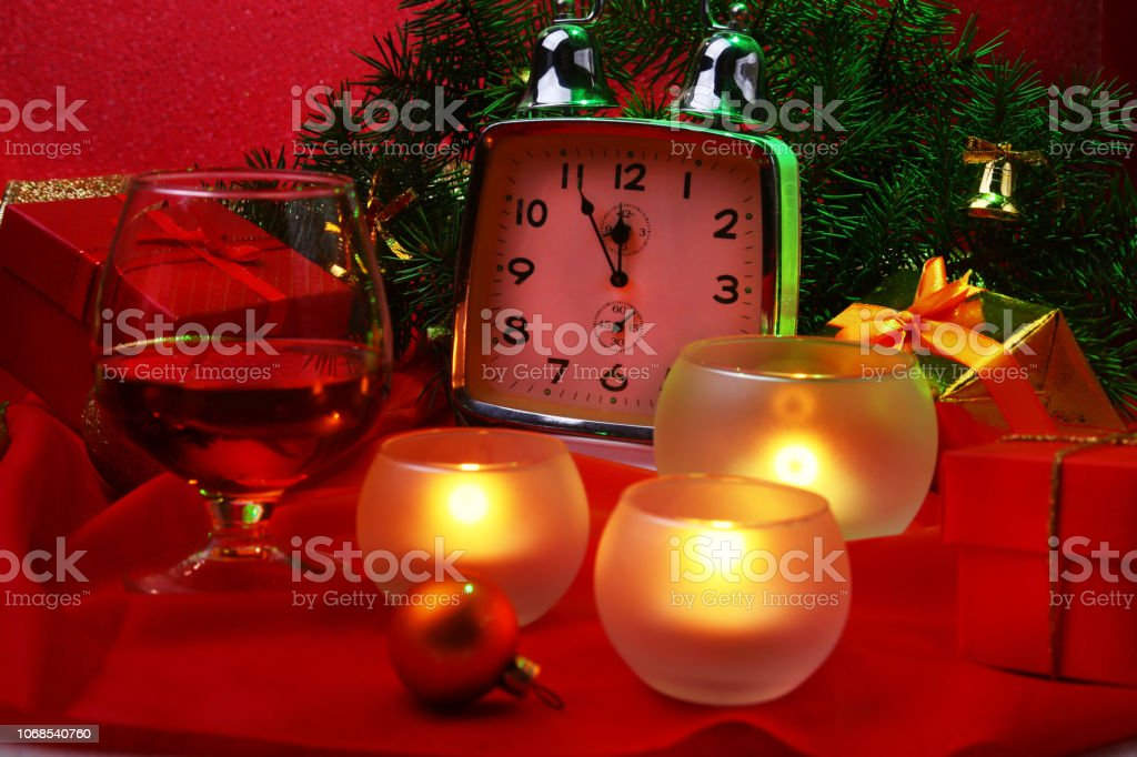 weihnachten uhr glas mit cognac oder whisky und kerzen. Black Bedroom Furniture Sets. Home Design Ideas