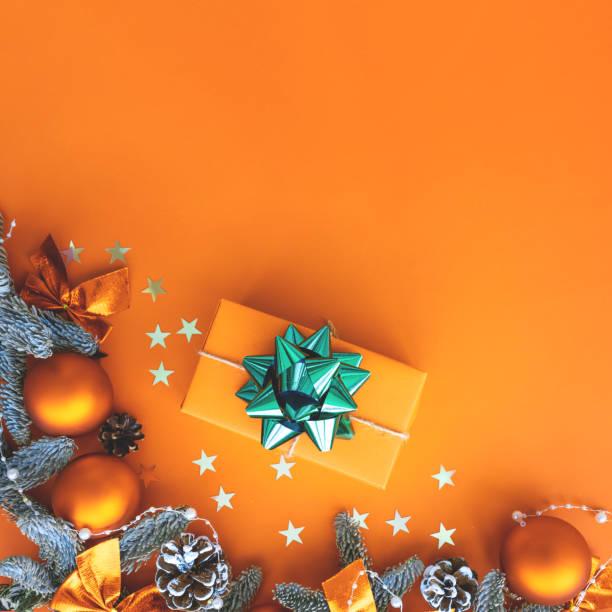 composition de noel.  contexte avec la boîte de cadeau et les décorations. - couleur des végétaux photos et images de collection