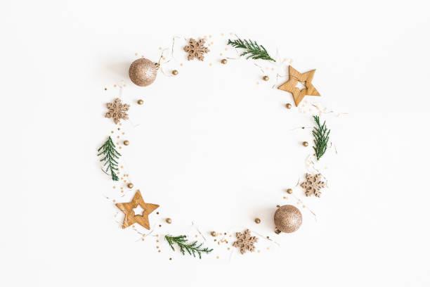 christmas sammansättning. christmas krans gjord av gyllene dekorationer, fir trädgrenar på vit bakgrund. platt lekmanna, top view, kopia utrymme - christmas decoration golden star bildbanksfoton och bilder