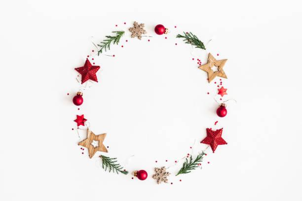 christmas composition. christmas wreath on white background. flat lay, top view, copy space - wieniec zdjęcia i obrazy z banku zdjęć