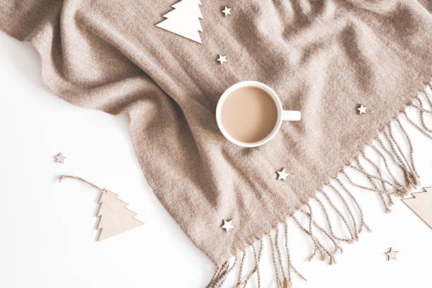 weihnachten-komposition. tasse kaffee, plaid, hölzernes spielzeug auf weißem hintergrund. weihnachten, winter, neujahr-konzept. flach legen, top aussicht - schal mit sternen stock-fotos und bilder
