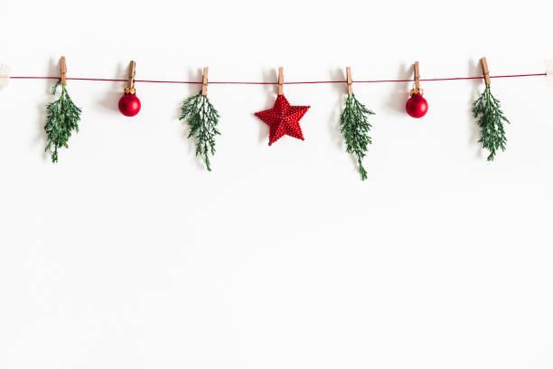 weihnachten-komposition. garland hergestellt aus roten kugeln und tanne äste auf weißem hintergrund. weihnachten, winter, neujahr-konzept. flach legen, top aussicht, textfreiraum - karten wandkunst stock-fotos und bilder