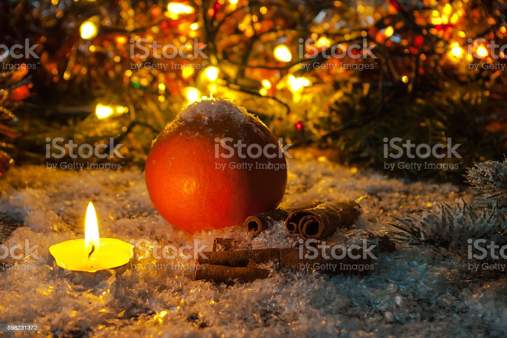 Christmas composition of candles, orange and cinnamon sticks. foto royalty-free