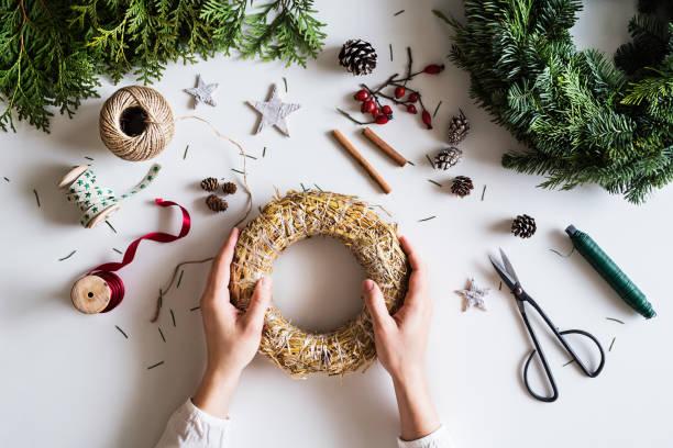 en jul sammansättning på en vit bakgrund. - halmslöjd bildbanksfoton och bilder