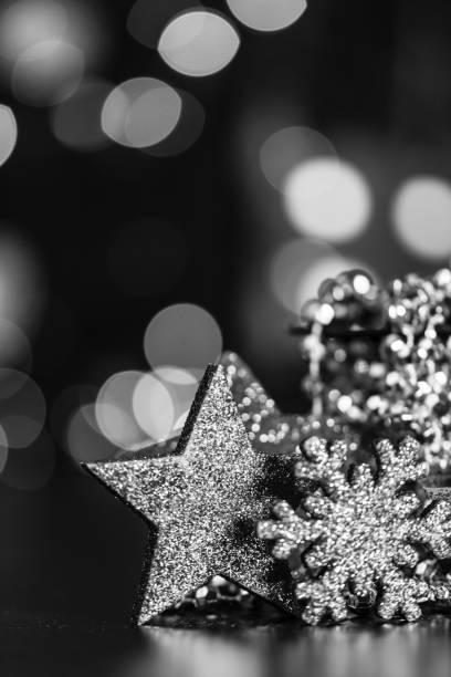 Weihnachtskomposition auf verschwommenen Lichtern. Chros Hintergrund. Schwarz-Weiß-Foto von Weihnachtsdekorationen. – Foto