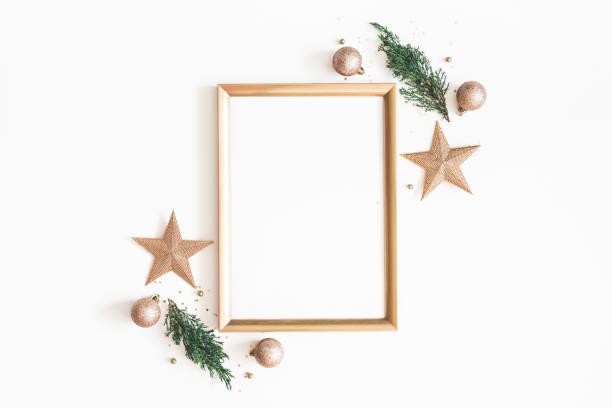 weihnachten-komposition. foto rahmen, goldene verzierungen, zweigt tanne auf weißem hintergrund. weihnachten, winter, neujahr-konzept. flach legen, top aussicht, textfreiraum - weihnachtskarte stock-fotos und bilder
