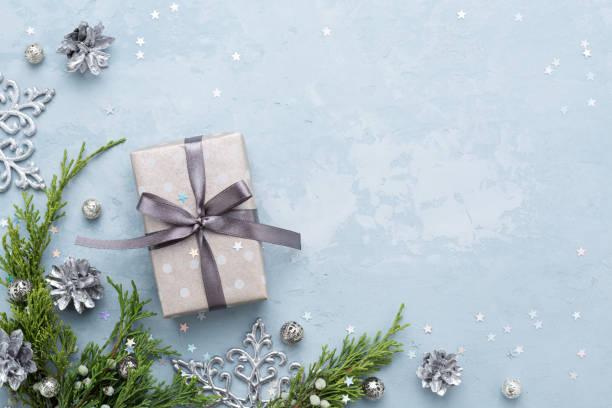Weihnachten-Komposition mit immergrünen Zweigen und Geschenk auf blauen Raum. – Foto