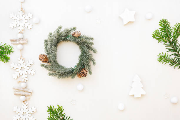 Christmas composition with wreath, natural fir branches and ornaments - foto stock