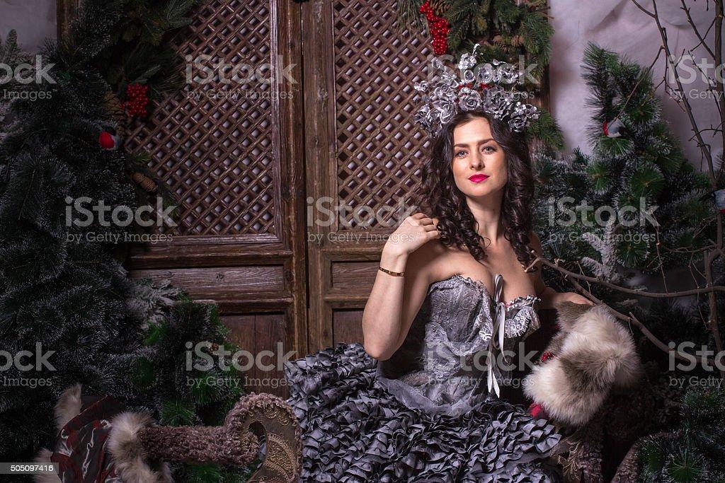 Conceito de Natal. Linda mulher em trajes de Carnaval. - foto de acervo