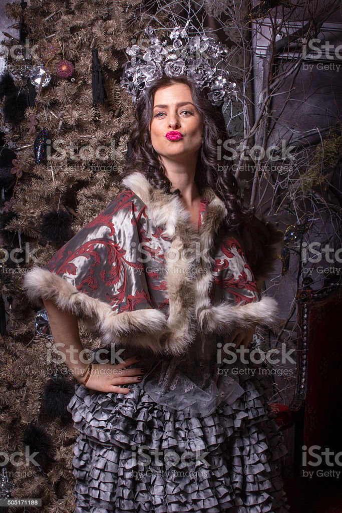Conceito de Natal. Linda mulher no vestido vintage. - foto de acervo