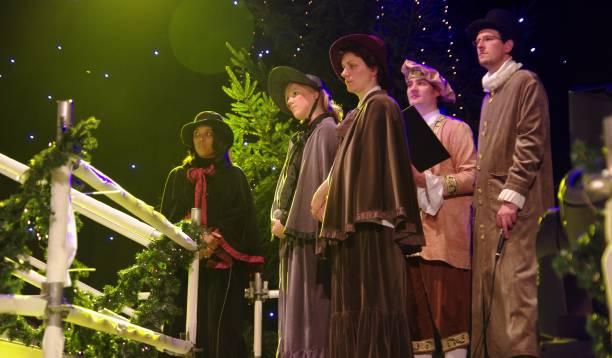 weihnachtskonzert im stil - adventgeschichte stock-fotos und bilder