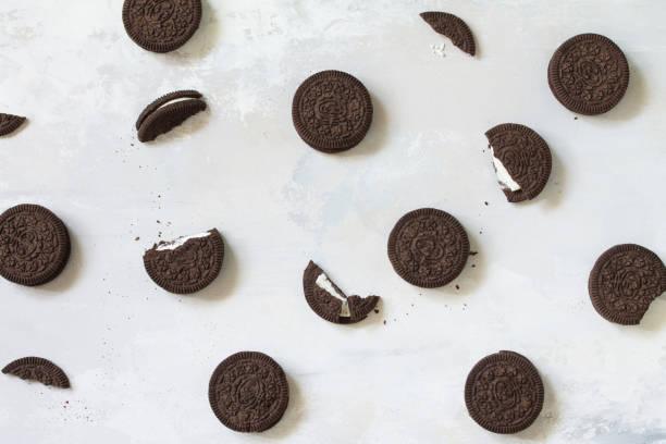 밝은 회색 돌 배경에 고립 된 크리스마스 쿠키와 초콜릿 맛 크림. 상단보기 평면 누워 배경입니다. 스톡 사진