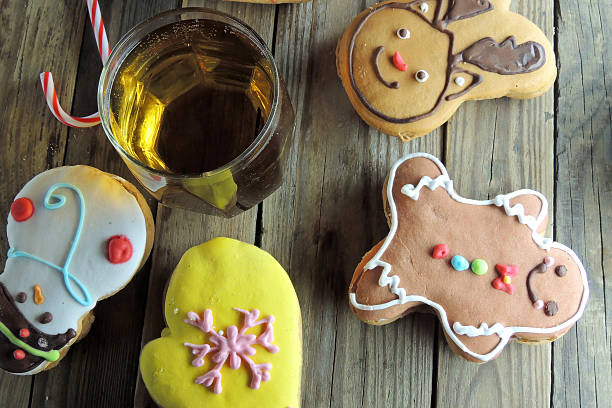 christmas cookies and juice - apfelweinkuchen stock-fotos und bilder