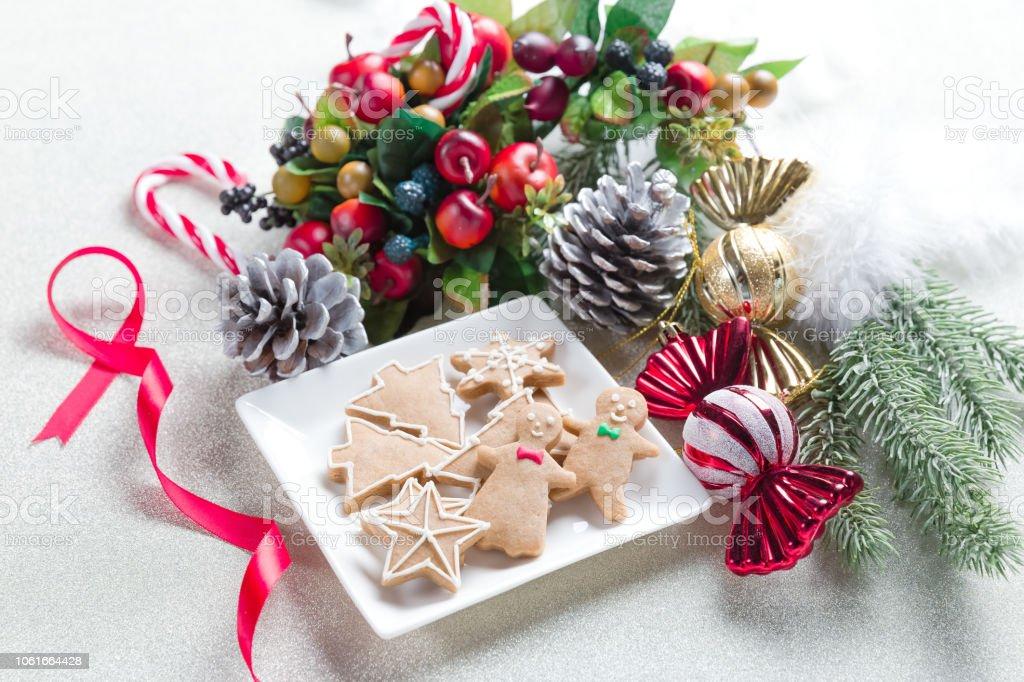 クリスマスのクッキーと装飾品 ストックフォト