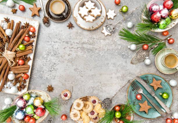christmas cookies kaffee festliche tischdekoration - porzellan schmuck stock-fotos und bilder