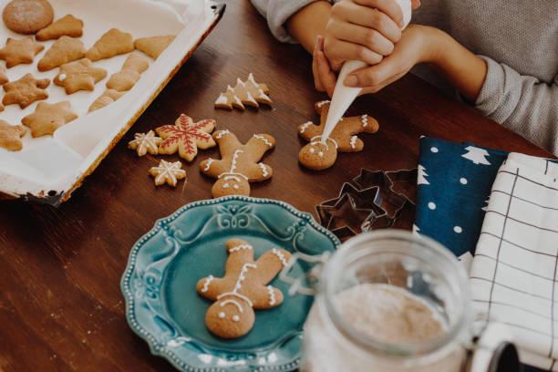 kerst koekjes decoratie - speculaas stockfoto's en -beelden